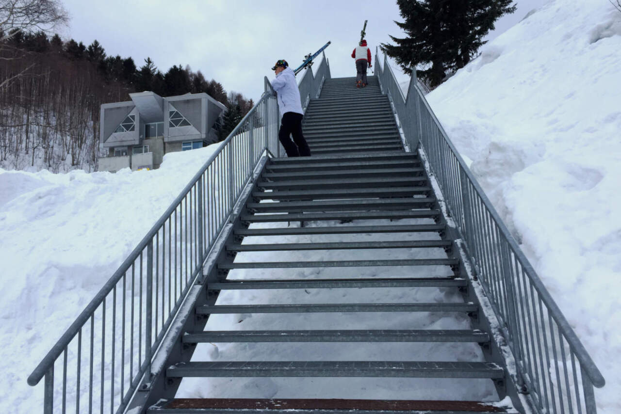 朝里川温泉スキー場 駐車場からの階段
