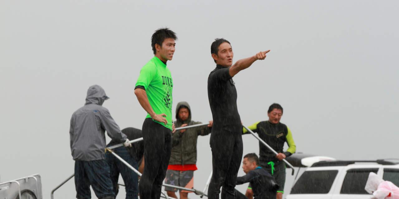大会出場者にアドバイスをする田中岳宏さん