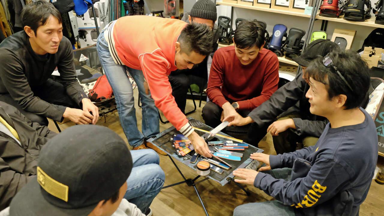 好みのキーホルダーを選ぶ参加者たち