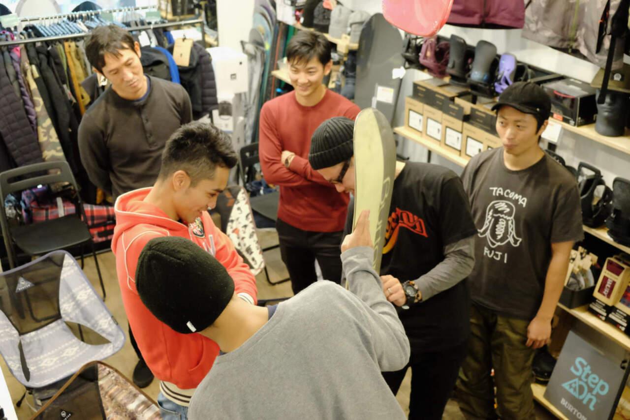 昔のボードに触れる参加者たち