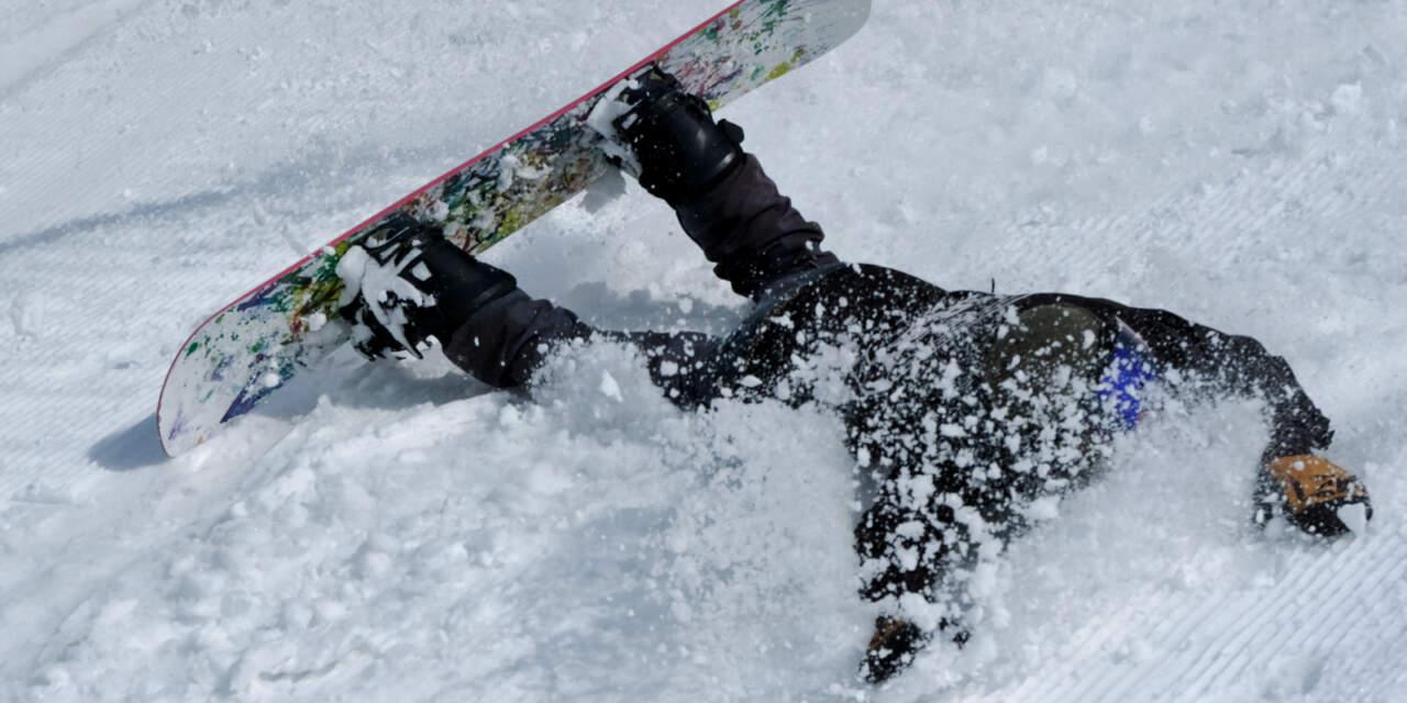 転倒するスノーボーダーの画像
