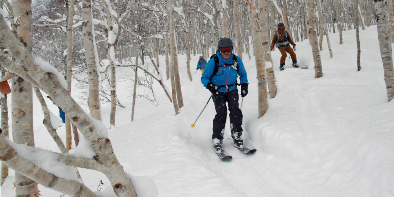 ヘルメットを着用するスキーヤー