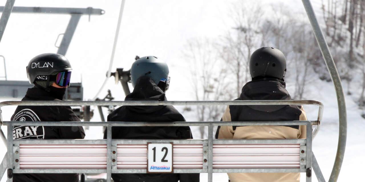 ヘルメットを着用するスノーボーダー達