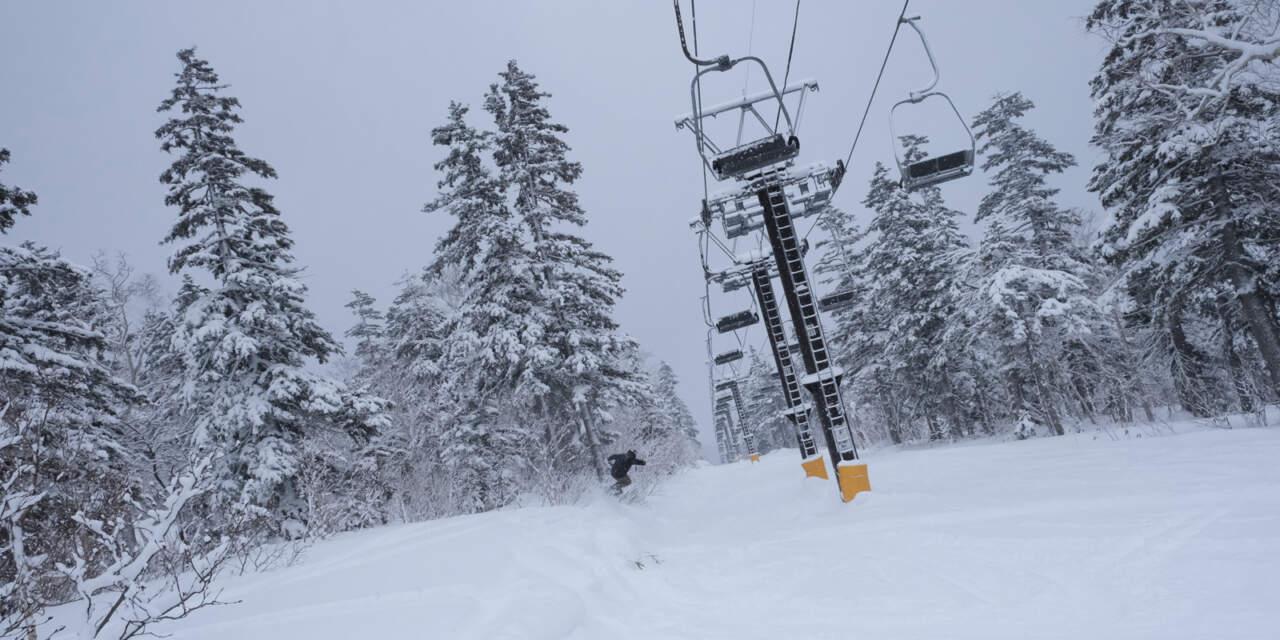 黒岳スキー場のリフト下コースを滑る画像