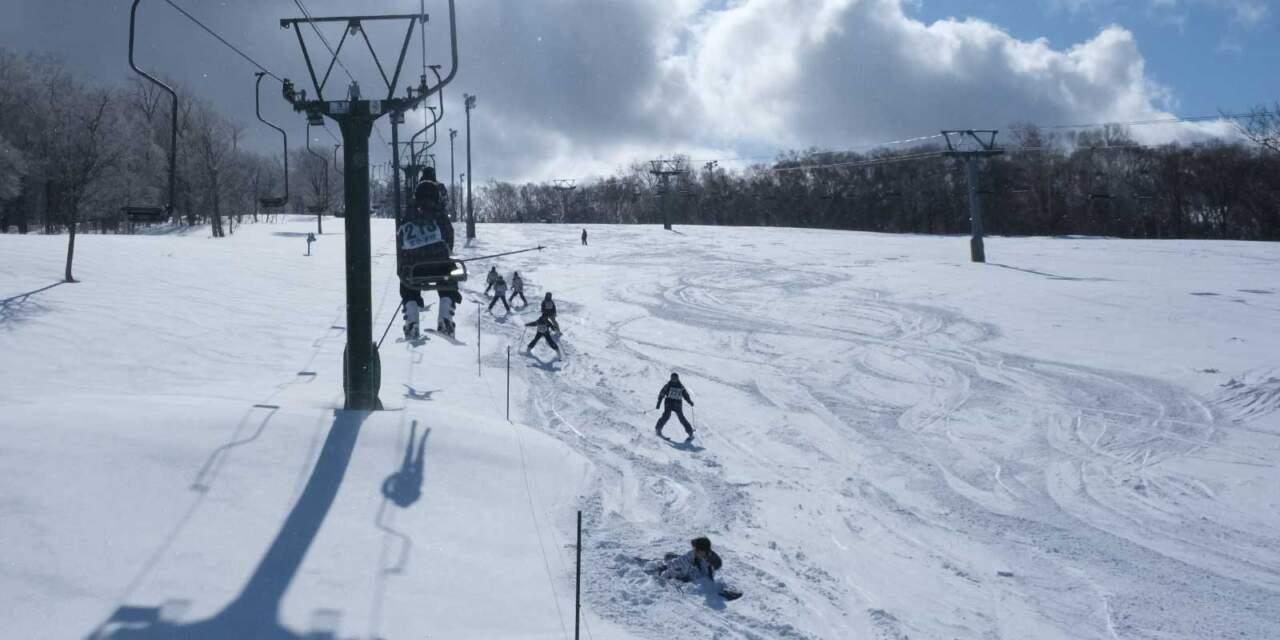 天狗山ファミリーコースを滑る子供たち
